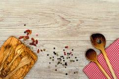 Деревянная варя ложка checkered салфетка Стоковое Фото