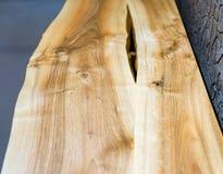 Деревянная верхняя часть с естественным отрезком в середине Стоковая Фотография RF