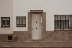 Деревянная дверь в белом доме штукатурки Стоковые Фотографии RF