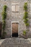 Деревянная дверь в старом городке в Черногории стоковые фотографии rf