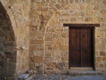 Деревянная дверь в старом старинном здании, старый городок, среднеземноморской стиль Стоковое фото RF