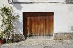 Деревянная дверь гаража стоковые изображения