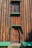 Деревянная дверь и окно украшенные с резным изображением Стоковое Изображение RF