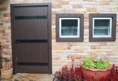 Деревянная дверь и Windows Стоковая Фотография