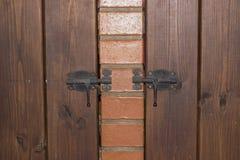 Деревянная дверь на защелке стоковые фотографии rf