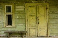 Деревянная дверь на старой стене на покинутом фасаде Стоковые Фотографии RF