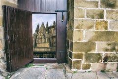 Деревянная дверь открытая к боковому фасаду собора Plasencia, Испании Стоковые Фотографии RF