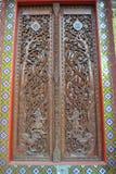 Деревянная дверь работы в wat виска samien висок Таиланд Бангкока nari Стоковое фото RF