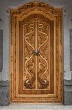 Деревянная дверь старого виска с резным изображением. Индонезия, Бали Стоковое Фото