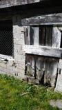 Деревянная дверь с горой травы Стоковые Фотографии RF