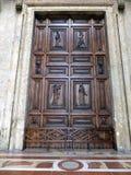 Деревянная дверь с орнаментами к церков в Assisi, Стоковое Изображение RF