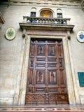 Деревянная дверь с орнаментами к церков в Assisi, Стоковые Фотографии RF