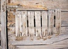Деревянная дверь с ржавыми ногтями и защелкой Стоковая Фотография RF
