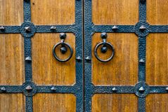 Деревянная дверь с ручкой двери металла Стоковая Фотография