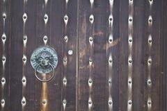 Деревянная дверь с ручкой в форме головы льва Стоковые Изображения RF