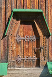 Деревянная дверь украшенная с резным изображением Стоковое Изображение RF