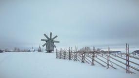Деревянная ветрянка в деревне Стоковые Изображения