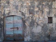 Деревянная винтажная дверь с каменной текстурированной стеной стоковые фотографии rf