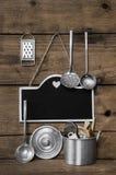 Деревянная винтажная предпосылка кухни с старым kitchenware, blackboa Стоковые Изображения