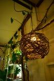 Деревянная вися лампа в сладком доме с небольшим освещением Bokeh стоковые изображения rf