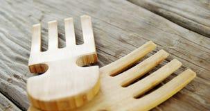 Деревянная вилка на таблице сток-видео