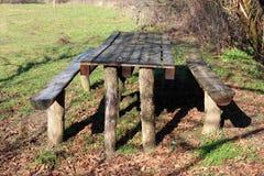 Деревянная внешняя таблица сделанная от пней и паллетов дерева с 2 стендами Стоковые Изображения