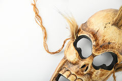 Деревянная высекаенная маска смерти черепа на белизне Стоковое Изображение