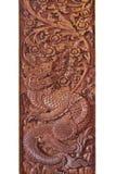 Деревянная высекая скульптура дракона тайны в середине леса изолированного на белых предпосылках, домашнего украшения рая Стоковое Изображение
