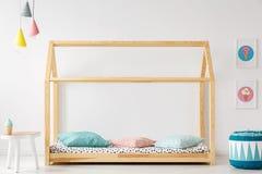 Деревянная, в форме дом кровать для ребенк, pouf, таблица, лампы и лед-c стоковое изображение
