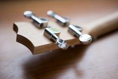 Деревянная гавайская гитара на деревянной предпосылке Стоковые Изображения RF