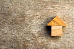Деревянная головоломка в домашней форме на мечт дом или счастливая жизнь Стоковое Изображение