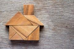 Деревянная головоломка tangram в домашней форме на мечт дом или счастливая жизнь Стоковая Фотография RF