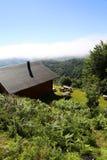 Деревянная гора кабины в лесе Стоковая Фотография