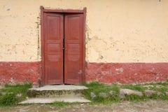 Деревянная дверь в Андах стоковое изображение rf
