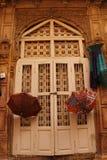 Деревянная дверь в доме иллюстрация вектора