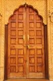 Деревянная дверь в доме стоковые фотографии rf