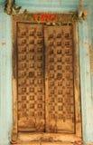 Деревянная дверь в доме стоковое изображение