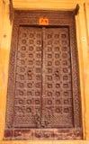 Деревянная дверь в доме стоковые изображения rf