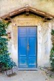 Деревянная дверь в итальянской деревне Стоковая Фотография RF