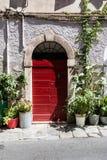 Деревянная дверь в итальянской деревне Стоковые Фотографии RF