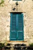 Деревянная дверь в итальянской деревне Стоковое Фото