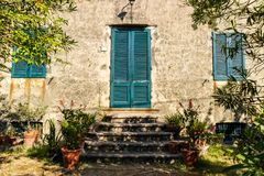 Деревянная дверь в итальянской деревне Стоковые Изображения RF