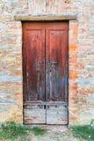 Деревянная дверь в итальянской деревне Стоковое Изображение