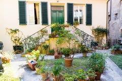 Деревянная дверь в итальянской деревне Стоковая Фотография