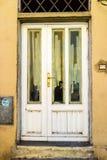Деревянная дверь в итальянской деревне Стоковые Фото