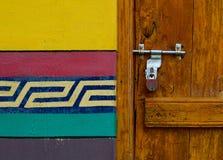 Деревянная дверь сельского дома стоковое изображение