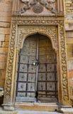 Деревянная дверь старинного здания стоковое изображение rf
