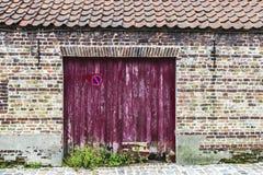 Деревянная дверь старого покинутого здания стоковая фотография