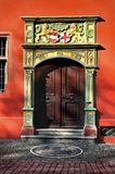 Деревянная дверь старой ратуши во Фрайбурге im Breisgau, Германия стоковая фотография