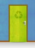 Деревянная дверь с рециркулирует знак Стоковое Фото